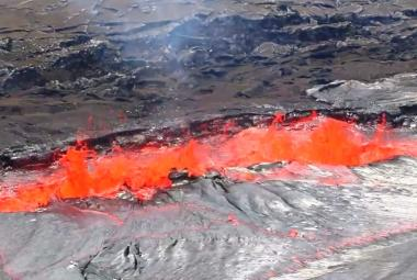 Magma na Havaji vystupuje z hlubin 2900 kilometrů. Vytéká naštěstí klidně, uklidňuje geolog