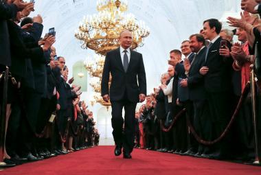 Putin přichází na inauguraci v Kremlu