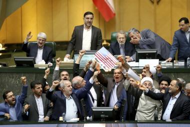 Íránští poslanci pálí americkou vlajku a list papíru symbolizující dohodu