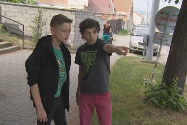 Třináctiletý Martin Kosina (napravo) ukazuje na místo nehody
