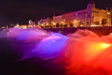Hasiči v Praze vytvořili největší fontánu na světě. Vltavu kropilo za zvuků hudby 200 družstev