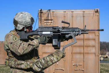 Američtí vojáci budou mít třetí ruku. V testech pomohla lépe mířit i unést kulomet