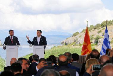 Premiéři Zaev a Tsipras před podpisem dohody
