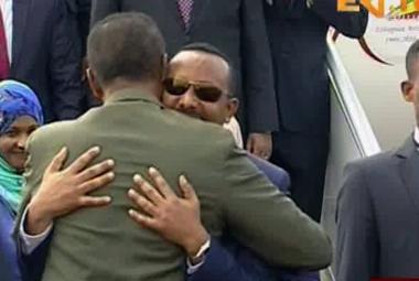 Eritrejský prezident Afewerki (zezadu) vítá etiopského premiéra Ahmeda