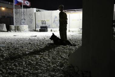 Voják hlídkující na základně Bagrám v Afghánistánu u pietního místa na počest tří českých vojáků