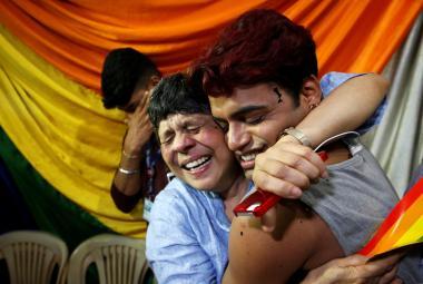 Lidé slaví rozhodnutí indického nejvyššího soudu