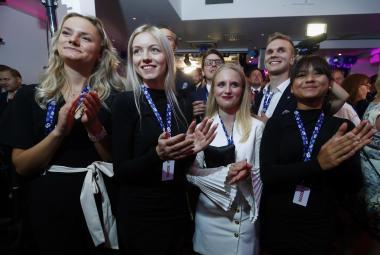 Členové Švédských demokratů reagují na odhady výsledků