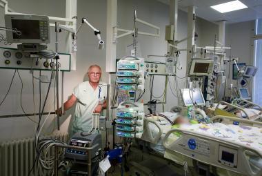 """""""Nejtěžší je dívat se na dítě, kterému se už nedá pomoct,"""" říká lékař. Životy zachraňuje mimotělní pumpa"""