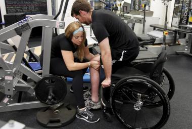Implantát v páteři vrátil lidem ochrnutým od pasu dolů schopnost chodit. Přesvědčil mozek, že tělo je v pořádku