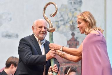 V den nedožitých 82. narozenin Václava Havla převzal cenu Vize 97 profesor Josef Jařab