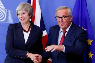 Theresa Mayová a Jean-Claude Juncker před summitem v Bruselu