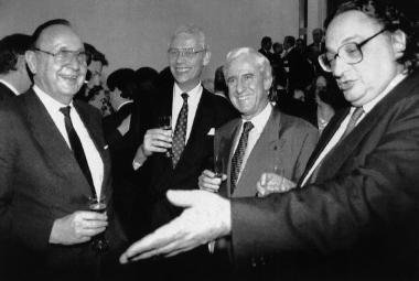 Ministři zahraničí Hans Dietrich Genscher, Hans Van Den Broek, Jacques Poos a Gianni De Michelis slaví podpis smlouvy