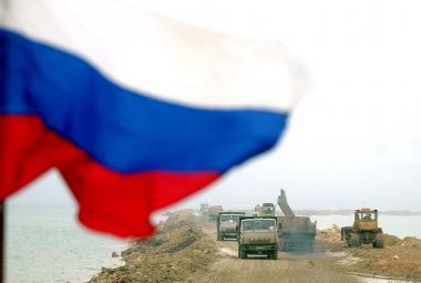 Kontroverzní stavba ruské hráze v Kerčském průlivu v roce 2003