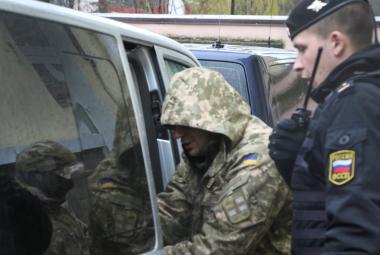 Jeden ze zadržených ukrajinských námořníků před soudem v Simferopolu