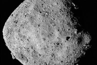 Na temné planetce Bennu se našly stopy vody, hlásí sonda Osiris-REx