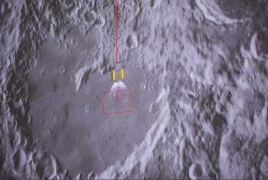 Čínská sonda přistála na odvrácené straně Měsíce, dopravila tam i osivo