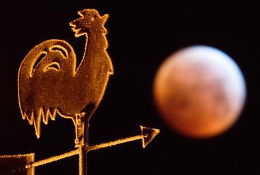 Cihlové zatmění Měsíce nadchlo svět. Podívejte se na fotografie z Česka i ze zahraničí