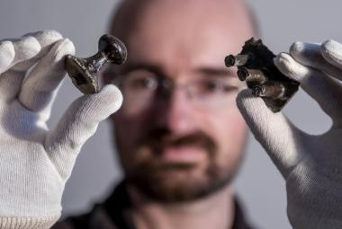 Archeologové našli ve východních Čechách bronzový poklad. Možná je v něm i kus keltského vozu