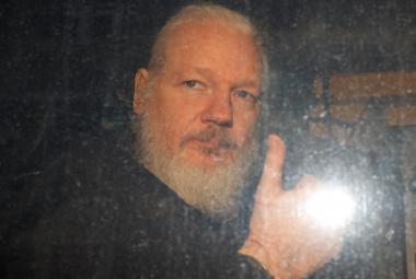 Assange po zatčení britskou policií