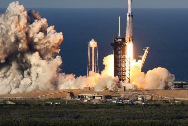 Raketa Falcon Heavy má za sebou první komerční let. Všechny tři její stupně přistály zpět na Zemi