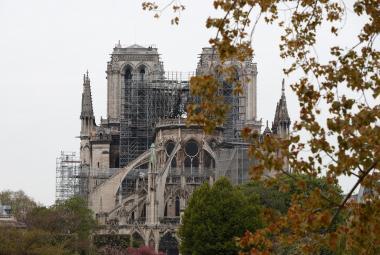 Střechu Notre-Dame mohl podpálit zkrat. Vyšetřovatelé zkoumají záběry z kamery