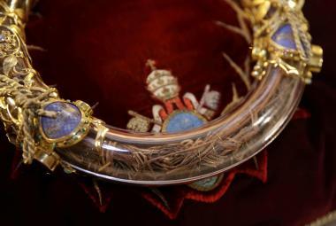 Nejvzácnější památkou schraňovanou v Notre-Dame je trnová koruna, která, jak věří katolíci, byla položena na hlavu Ježíše Krista těsně před ukřižováním. Skládá se podle webu katedrály z věnce o průměru 21 centimetrů z propletených větviček, na kterých byl