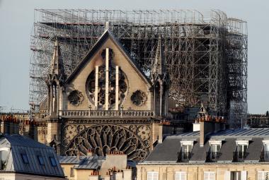 Poškozená katedrála Notre-Dame