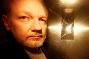 Švédský soud zamítl formální zadržení Assange. Vyšetřovatelé ho budou muset vyslechnout v Británii