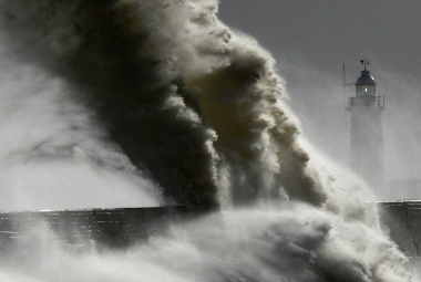 Oceány jsou bouřlivější než kdy dřív. U Anglie vlny ukously sto metrů pevniny za 27 let