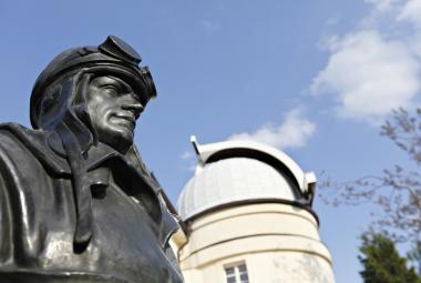 Socha Milana Rastislava Štefánika před Štefánikovou hvězdárnou na Petříně