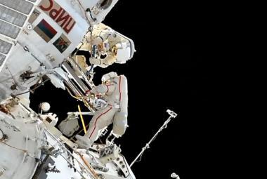 Ruští kosmonauti uklízeli vnější plášť ISS, našli tam 10 let odložený ručník