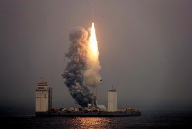 Čína poprvé vypustila vesmírnou raketu z plavidla na moři