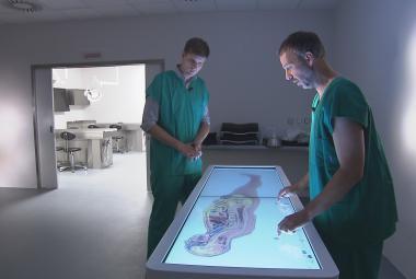 Virtuální pitevní stůl i moderní kádě na těla nabízí nová budova ústavu anatomie