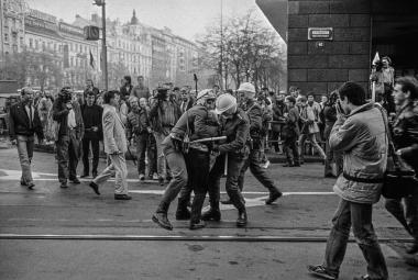 """""""Chci být součástí."""" Fotografie Jana Šibíka dokumentují, jak se v roce 1989 měnil svět"""
