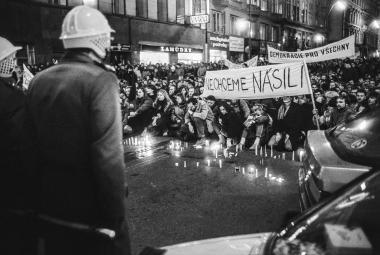 """""""Ukážeme soudružkám demonstrace."""" Fotoreportéři vzpomínají na rok '89"""