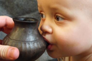 Archeologové našli nejstarší kojenecké lahve světa. Vznikly už před 3000 lety