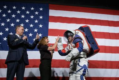 Nové skafandry pro procházku na Měsíci padnou muži i ženě