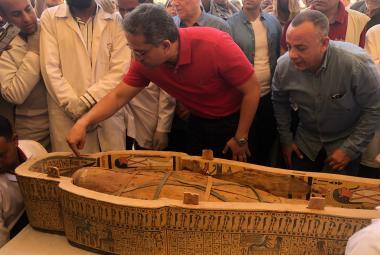 Desítky skvěle zachovalých sarkofágů s živými barvami. Egypt představil archeologický objev století