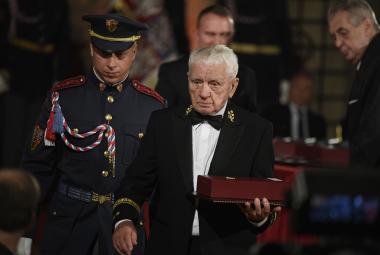 Prezident ocenil 42 lidí. Řád bílého lva dostal letec Boček, prezident Klaus či Jan A. Baťa