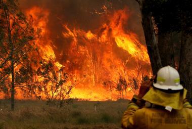 Při požárech na východě Austrálie zemřelo několik lidí, další se pohřešují