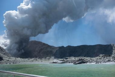 Výbuch novozélandské sopky má šestou potvrzenou oběť. Nepřežilo zřejmě ani osm pohřešovaných