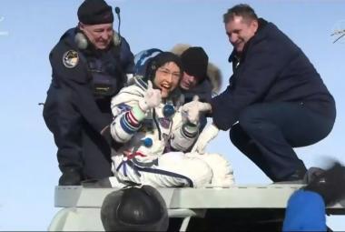 Z ISS se vrátila trojice kosmonautů, včetně rekordmanky Kochové. Strávila tam 328 dní