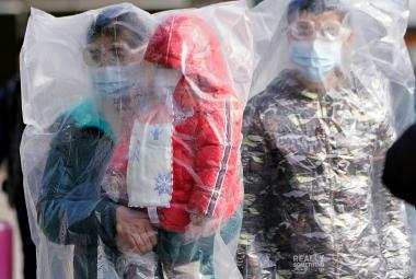 Koronavirus už má přes osm set obětí. Podle šéfa WHO maří boj s nemocí konspirace a trollové