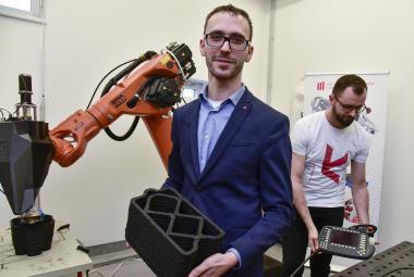 Zahradní nábytek z odpadu. Vědci v Brně vyvinuli 3D tiskárnu, která to dokáže