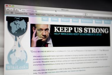 Před 10 lety server WikiLeaks zveřejnil utajované vojenské dokumenty o válce v Iráku, Assange teď čeká na soud o vydání do USA