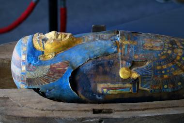 Egyptští archeologové představili vzácný nález. Ukázali stovku nově objevených sarkofágů