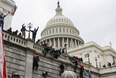 Trumpovi příznivci prorazili zábrany a vnikli do Kapitolu. Policie a vojáci budovu vyklidili