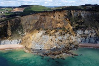 Půda z útesů Jurského pobřeží se převalila do moře. V erozi se promítá změna klimatu