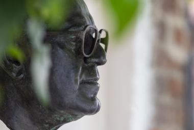 Busta Miloše Formana ozdobila jeho rodný dům v Čáslavi
