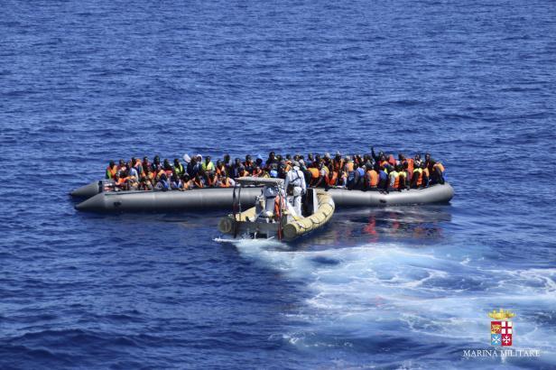 Italská loď nabrala přes 170 migrantů, vláda je posílá na Maltu